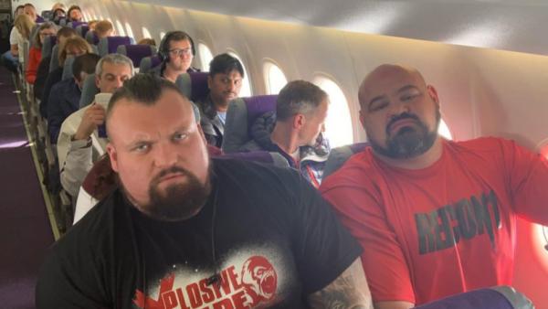 Hành khách trên máy bay được phen trầm trồ khi thấy 2 người khoẻ nhất hành tinh ngồi cạnh nhau