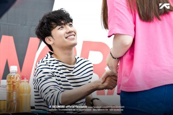 Fangirl tự tay xé nát ảnh Seungri và Choi Jong Hoon trên sóng truyền hình, từ bỏ 10 năm theo idol