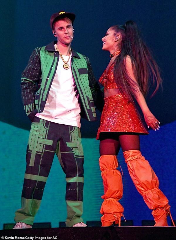 Ariana Grande bị ném chanh vào người khi diễn ở Coachella sau tin đồn được trả cát xê cao hơn Beyoncé