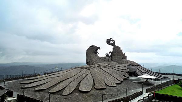 Tác phẩm điêu khắc 'con chim ngã ngửa' cao nhất thế giới mất đến 10 năm để hoàn thành