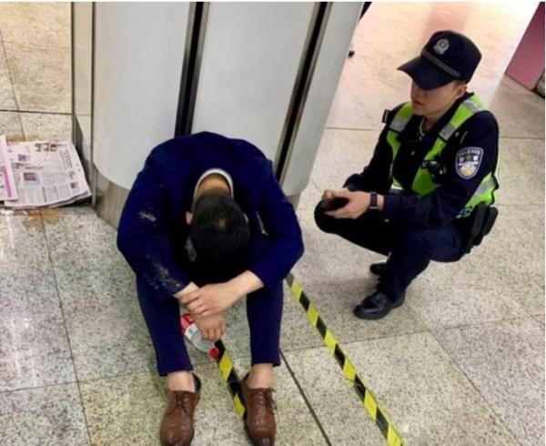 Bị ép phải uống rượu với khách mới có hợp đồng, chàng trai khóc tâm sự áp lực công việc với cảnh sát