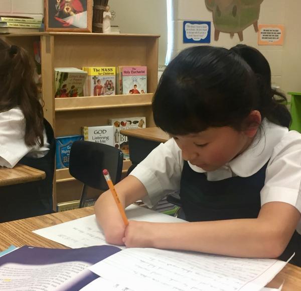 Bé gái 10 tuổi không tay vẫn chiến thắng cuộc thi viết chữ đẹp