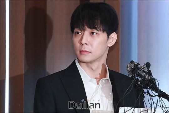Các nhà tâm lí học tội phạm phân tích ngôn ngữ hình thể của Park Yoochun tại buổi họp báo
