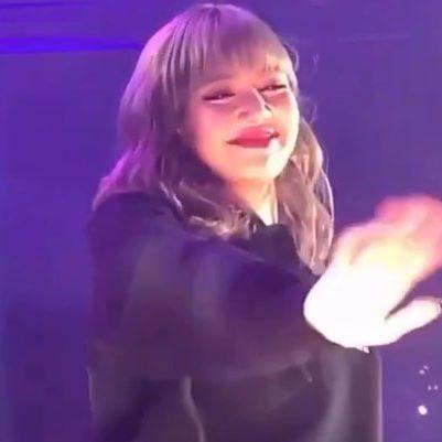 Lúc nào cũng cười rạng rỡ nhưng lần này Lisa lại bật khóc khi thấy một fan đặc biệt đến concert của mình