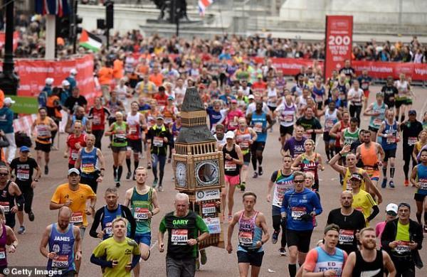 Vận động viên marathon bị kẹt dưới gầm cầu vì mặc bộ cosplay đồng hồ Big Ben