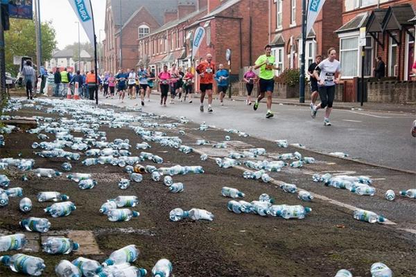 Lễ hội Marathon ở London từ bãi rác khổng lồ trở thành con đường sạch bóng chai nhựa nhờ sáng kiến này