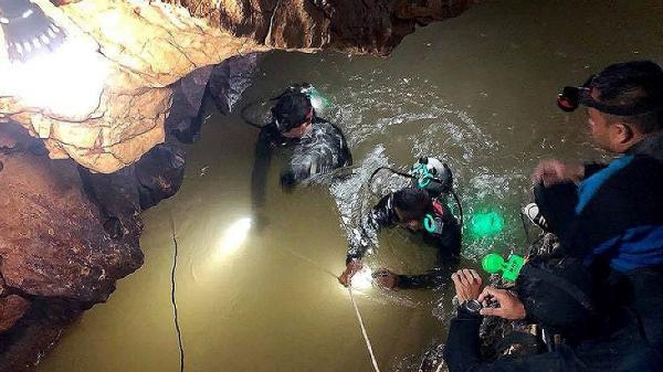 Những cậu bé Thái Lan 18 ngày mắc kẹt trong hang động sẽ nhận 24 tỷ VNĐ từ Netflix để hãng làm phim về họ