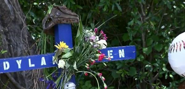 Hàng xóm đòi dỡ bỏ khu tưởng niệm cho chàng trai quá cố vì không muốn chia sẻ nỗi đau với bố mẹ anh