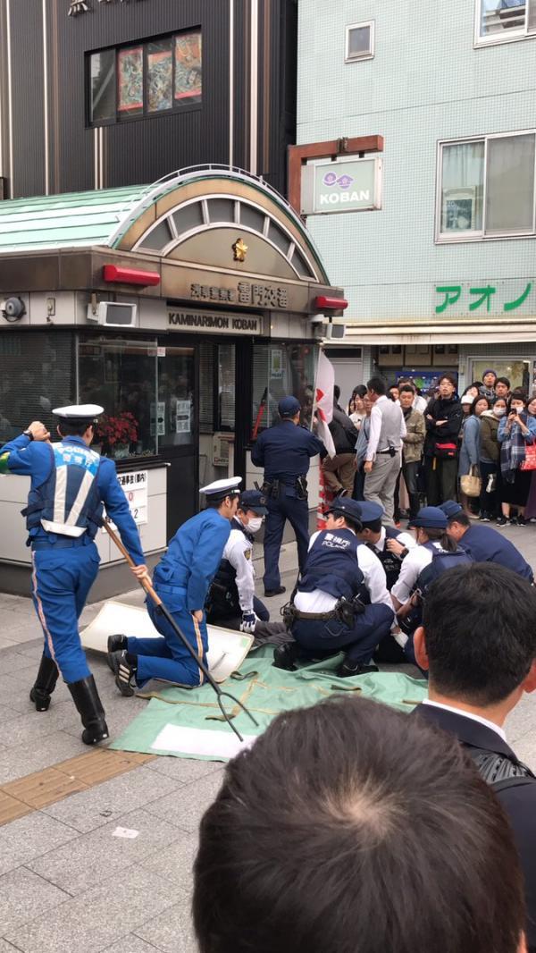 Bị bắt tại chỗ vì cướp chốt cảnh sát Tokyo giữa ban ngày bằng... dao gọt hoa quả