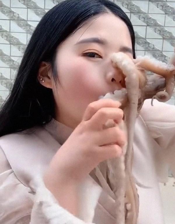 Màn trả thù ra trò của bạch tuộc dành cho nữ vlogger có ý định ăn sống nó