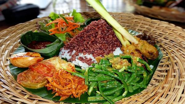 Chưa khi nào người Đông Nam Á đoàn kết như lúc người da trắng chê bai đồ ăn của mình