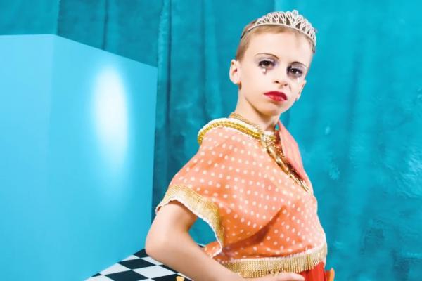 Cậu bé 11 tuổi bị dân mạng doạ làm hại vì trở thành drag queen