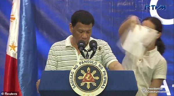 Số phận của chú gián cả gan đậu trên vai tổng thống Philippines khi ông đang phát biểu