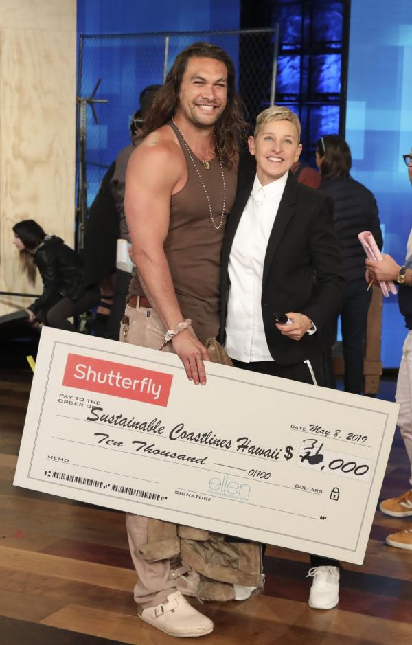 Jason Momoa quyên góp được 31000 USD chỉ trong 45 giây bằng biệt tài ném rìu