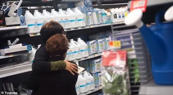 YouTuber nổi tiếng gây phẫn nộ vì trò đùa độc ác khiến nhân viên cửa hàng Walmart bật khóc nức nở