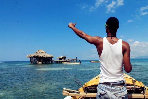 Công việc vừa làm vừa nghỉ dưỡng: Pha chế trong quán rượu lênh đênh trên vùng biển vắng Jamaica