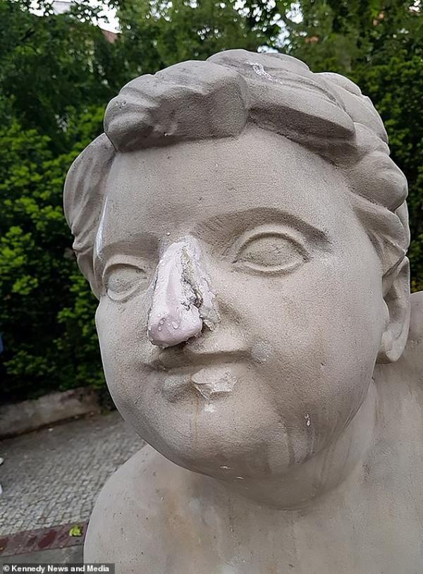 Người mẫu Instagram dùng búa đập vỡ bức tượng 200 tuổi chỉ để câu like