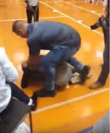 Nam tài tử 'Kẻ Huỷ Diệt' bị đá từ phía sau trong khi đang chụp ảnh tự sướng cùng người hâm mộ