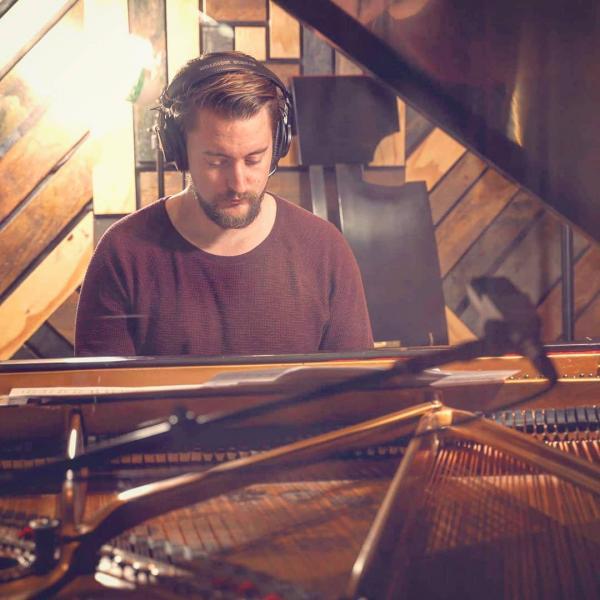 Nghệ sĩ đàn piano lồng nhạc cho clip người nổi tiếng, khi mà cả tiếng chửi cũng làm ta thấy nên thơ