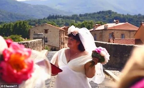 Chị gái Úc quyết định kết hôn với cây cầu cổ ở Pháp vì 'anh ấy' trông đẹp trai và thật mạnh mẽ