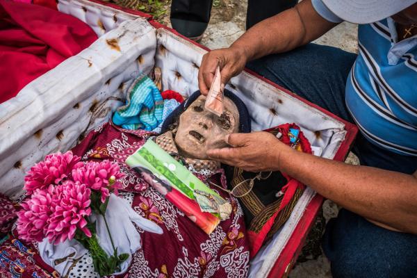 Bộ lạc kỳ lạ giữ lại xác chết của người thân để âu yếm, yêu thương như họ vẫn còn sống
