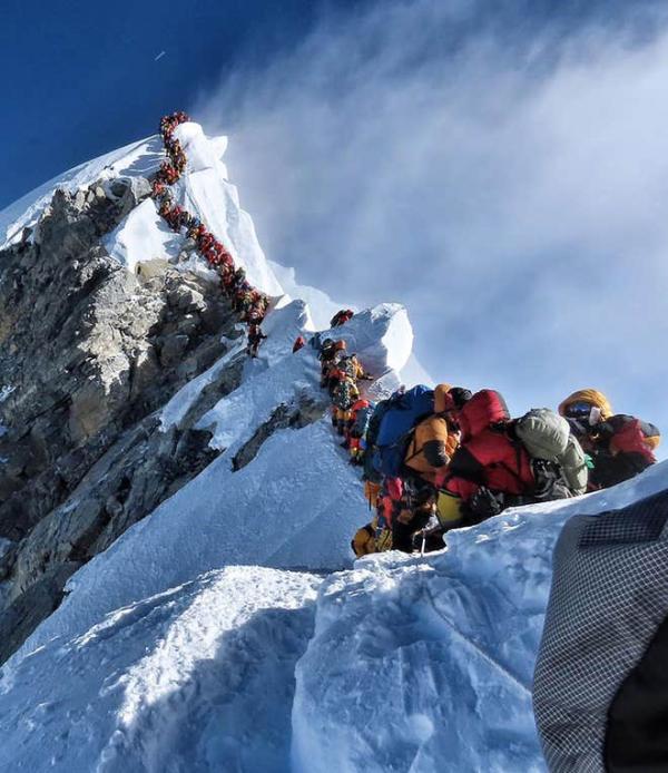 Người chinh phục Everest không may qua đời vì... tắc đường trên đỉnh núi