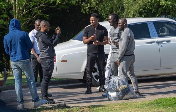 Ra tù phong cách 'like a boss': Bước lên Rolls-Royce Phantom và được chào đón như siêu sao