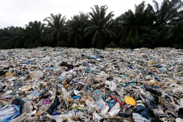 Đống rác thải nhựa cao hơn 6 mét ở Malaysia đa số đến từ... Anh Quốc