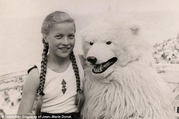 Chụp hình với gấu, nhét người vào điện thoại và những 'trend' kì lạ nhất từng tồn tại