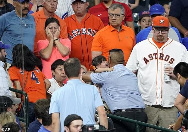 Cầu thủ bóng chày quỳ gối khóc nức nở vì vô tình đánh banh trúng khán giả nhí 4 tuổi