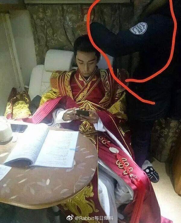 Trần Tinh Húc bị soi cảnh hút thuốc cùng quá khứ chỉ ngón tay thối vào đầu bạn nữ