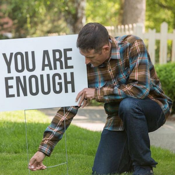 Ông bố đặt biểu ngữ động viên quanh phố để ngăn chặn thanh thiếu niên có suy nghĩ tự tử