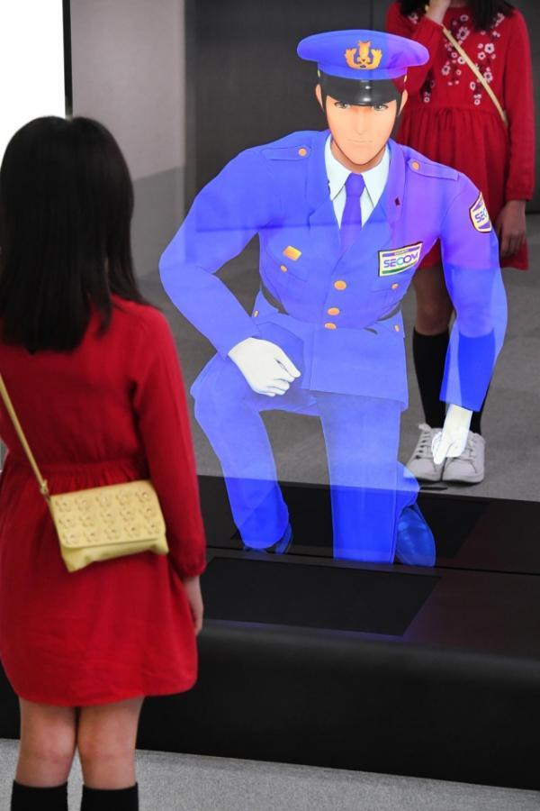 Nhân viên bảo vệ ảo kích cỡ người thật theo phong cách anime tại Nhật Bản