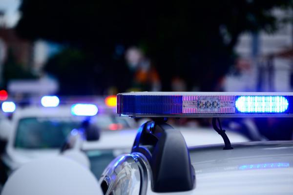 Thanh niên chạy trốn sau khi bị cảnh sát bắt rồi gọi 911 phàn nàn 'sao không ai dí theo tui hết vậy?'