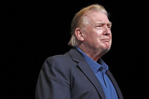 Ngày này rồi cũng đến, Donald Trump bỗng dưng đổi kiểu tóc huyền thoại khiến dân tình hào hứng