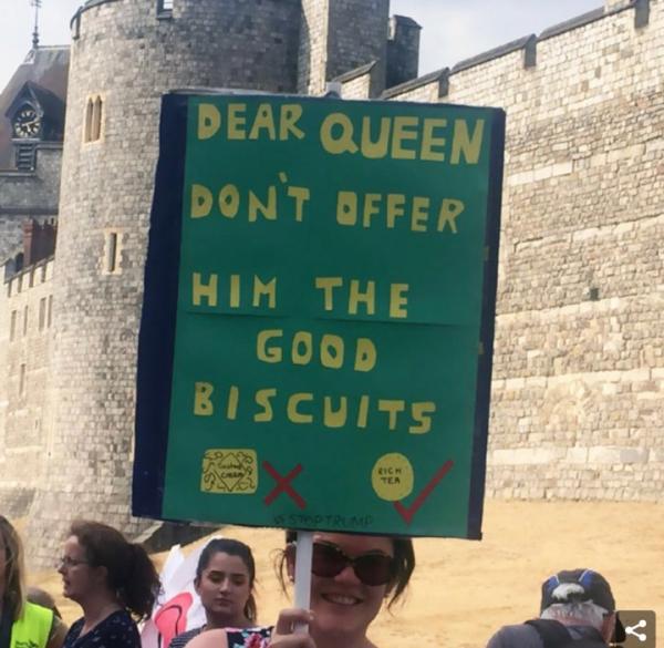 Dân Anh 'chửi thẳng' Tổng thống Trump bằng loạt khẩu hiệu biểu tình chua cay, cười ra nước mắt