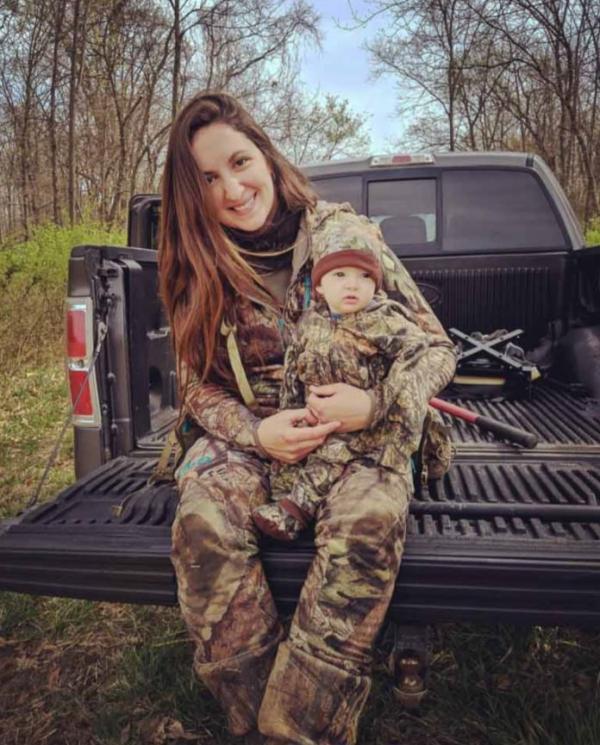 Mẹ trẻ gây phẫn nộ vì địu con gái trên lưng khi giương cung bắn động vật