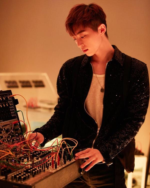 R.Tee - Producer đẹp hơn hoa, hotboy mới trong truyền thuyết của nhà YG là ai?