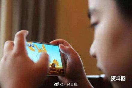 Em bé 2 tuổi rưỡi bị cận 900 độ do thói quen dùng điện thoại để trông nom của người nhà