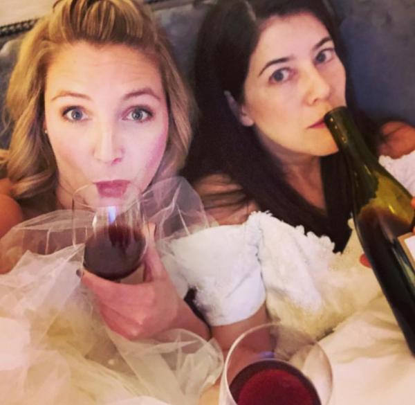 Hậu ly hôn, hai cô bạn thân quyết định mặc váy cưới đi khắp thế gian