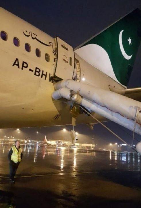 Chuyến bay bị hoãn 7 tiếng vì hành khách mở nhầm cửa thoát hiểm máy bay để tìm nhà vệ sinh