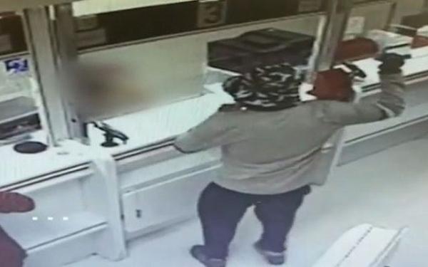 Người đàn ông bị bắt giữ sau khi cướp 2 ngân hàng bằng một... quả bơ
