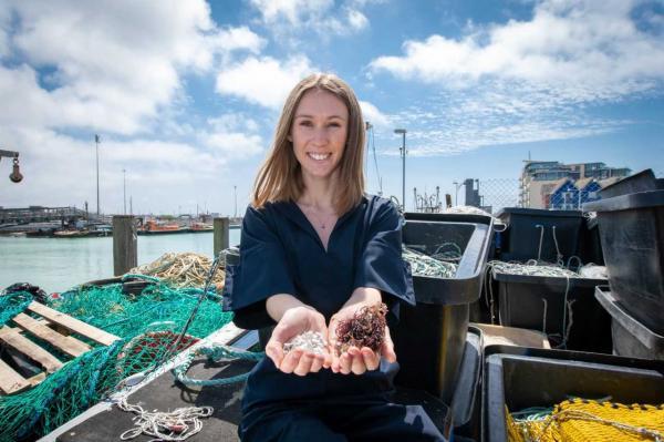 Sinh viên người Anh phát minh ra chất liệu thay thế nhựa được làm từ da cá và tảo