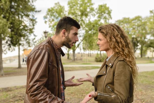 Gaslighting: Vì sao phụ nữ lại chọn ở lại và yêu tha thiết những kẻ lạm dụng cảm xúc của họ?