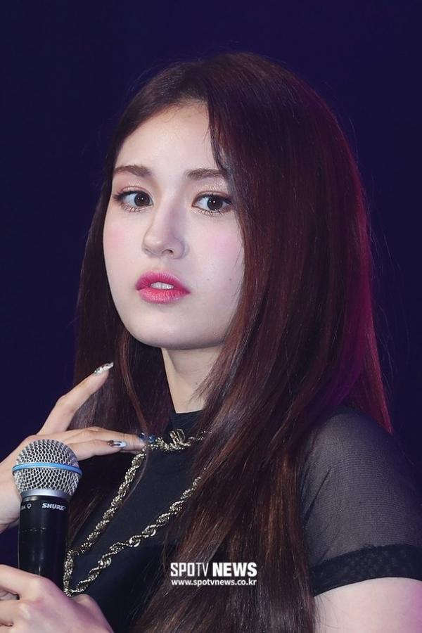 Jeon Somi bị 'ném đá' vì không chịu diễn trong showcase ra mắt