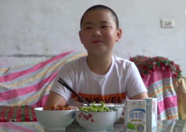 Cậu bé Trung Quốc 11 tuổi mỗi ngày ăn 5 bữa để tăng hơn 15 ký vì mục đích cứu sống bố