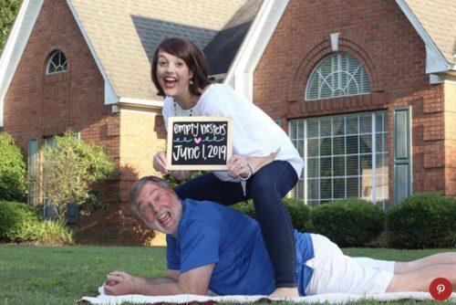 Con gái chuyển ra ở riêng, ba mẹ 'lầy lội' chụp hẳn bộ ảnh hài hước để chúc mừng
