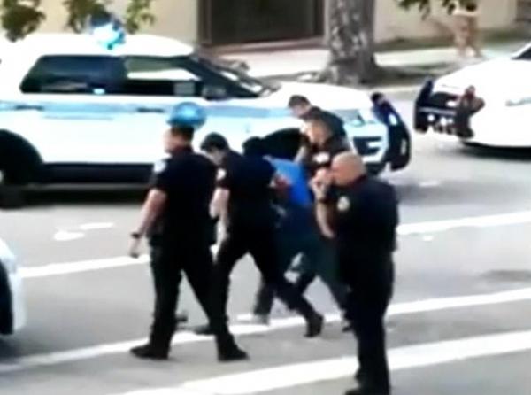 Thay vì bắn vào tội phạm, anh cảnh sát lại lỡ tay bắn súng điện nhầm đồng nghiệp