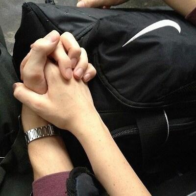 Cô gái được soái ca ghế bên nắm tay khi ngủ quên trong rạp phim và hẹn hò luôn với chàng