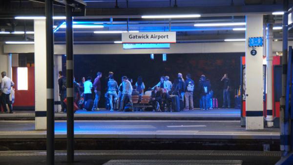 Liệu ánh đèn xanh ở các ga tàu Nhật Bản có giúp ngăn chặn số lượng người tự tử?
